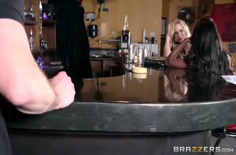 Две анальные подружки устроили групповуху в баре #2
