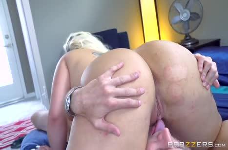 Сочная блондинка с большой жопой любит трахаться в анал #4