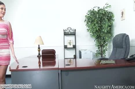 Красивая азиатка перепихнулась в офисе с негром