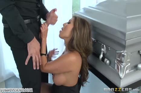 Бесстыжая парочка устроила порно прямо на похоронах #2