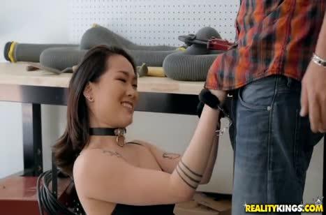 Kaya Lin случайно заковала себя в наручники и этом воспользовался сосед #1