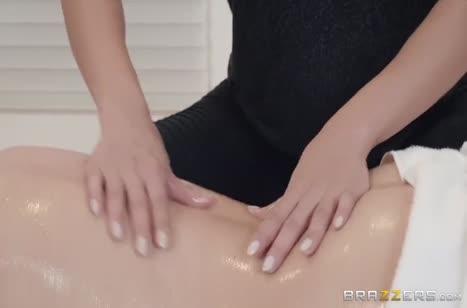 Две масляные девочки занялись лесбийским сексом на массаже #1