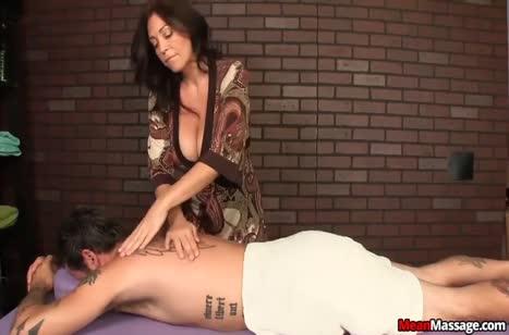 Опытная зрелая массажистка умеет обращаться с членами