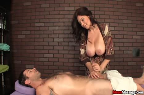 Опытная зрелая массажистка умеет обращаться с членами #4