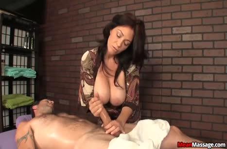 Опытная зрелая массажистка умеет обращаться с членами #5