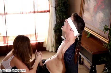 Жена завязывает мужу глаза и примеряется к его писюну #4
