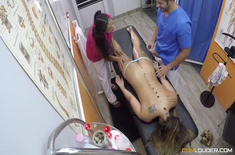 Врач и ассистентка устроили групповуху с пациенткой на приеме #3