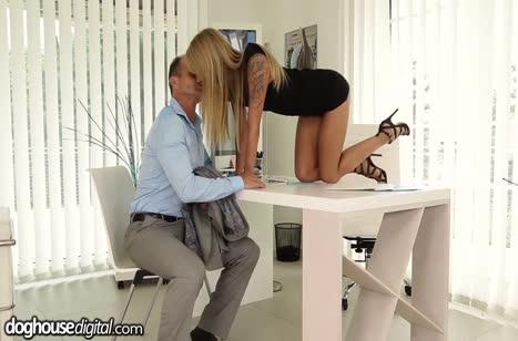 Коллегу с классной жопой уложили на лопатки посреди стола