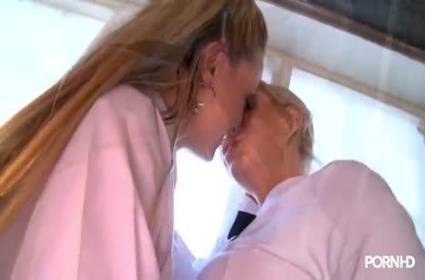 Беловолосые молодые лесбиянки страстно ласкают друг друга