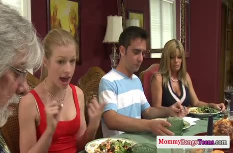 Молодой парниша осилил после ужина двух горячих блондиночек