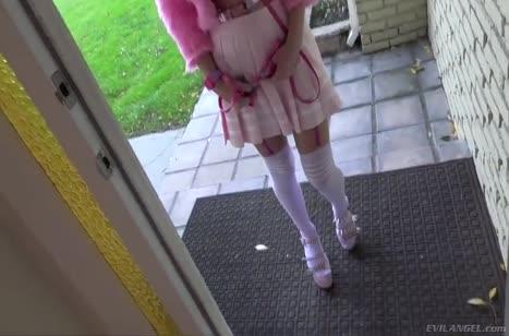 Молодая сучка одела вызывающий наряд и отправилась в гости #1