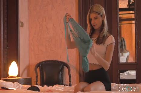 Русская молодая чика примерила для парня эротичный наряд #2