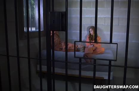 Парни трахнули двух красивых девочек в камере
