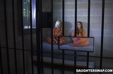 Парни трахнули двух красивых девочек в камере #3