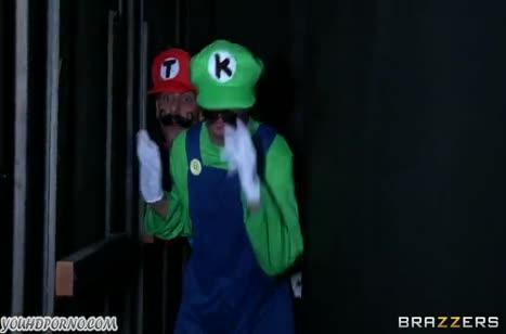 Братья Марио бодро трахают принцессу после спасения