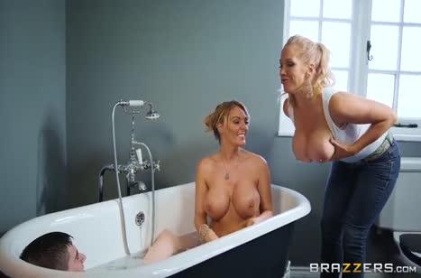 Зрелые давалки соблазняют большими дойками парня в ванной #3