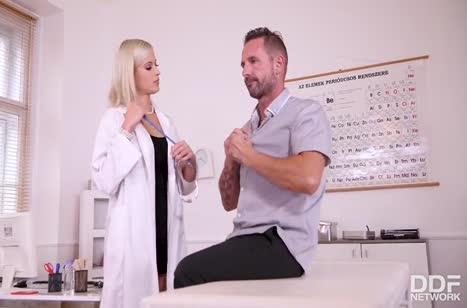 Беловолосая докторша хочет анала с пациентом