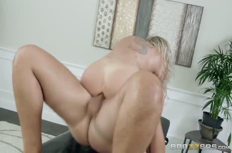 Деловая блондинка с большими сиськами жестко шпилится с массажистом #6