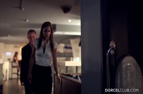 Развратная пара устраивает оргию прямо в туалете ресторана