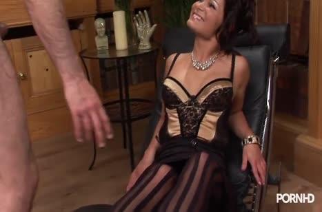 Чика в сексуальном прикиде ловит удовольствие на члене