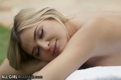 Две лесбочки устроили романтический порно массаж на лежаке #2