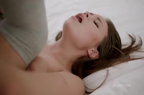 Бойфренд красиво чпокает в постели молодую брюнетку #4