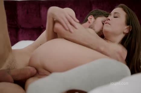 Бойфренд красиво чпокает в постели молодую брюнетку #6