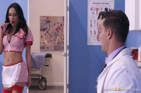 Грудастая красотка Tia Cyrus ловко заигрывает с доктором