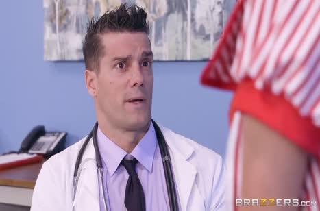 Грудастая красотка Tia Cyrus ловко заигрывает с доктором #2
