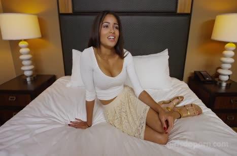 Грудастую латинку чпокают перед камерой в отеле