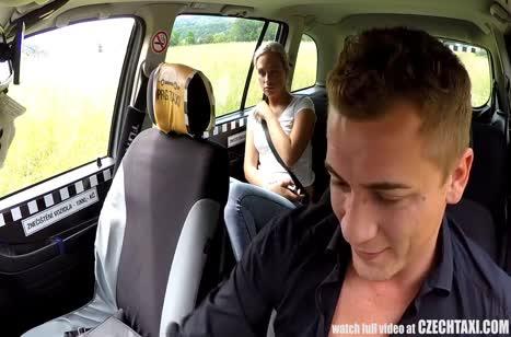 Пассажирка расплатилась с водителем сочным оральным сексом #5