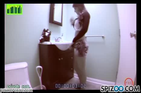Брюнетка с большой грудью классно кувыркается перед камерой #1