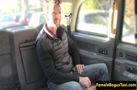 Жопастая латинка устроила с пассажиром трах прямо в тачке