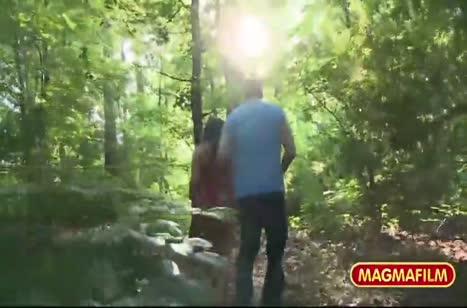 Брюнетка завела парня между деревьев и разделась перед ним #2