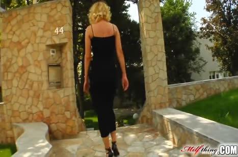 Зрелая блондинка в красивом платье напросилась на хардкор