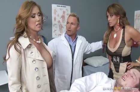 Развратный доктор раздел и оттрахал силиконовых пациенток