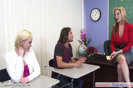 Девки прямо после занятий устраивают групповое порно в кабинете
