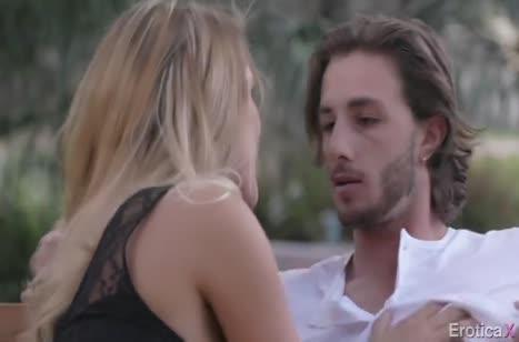 August Ames получает оргазм от красивого траха с другом #1