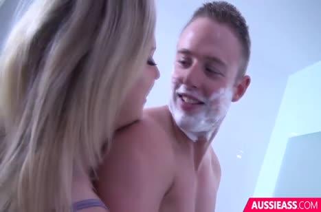 Грудастая блондиночка ласкается с парнем в ванной