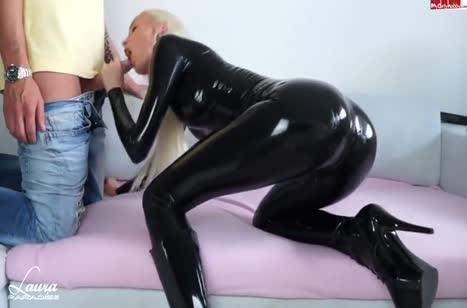 Блондинка в сексуальном костюме снимает с другом оргию #1