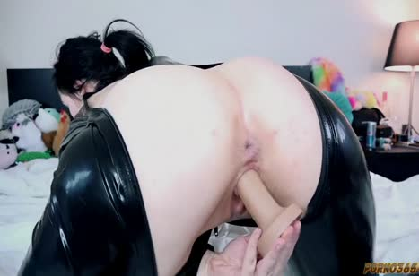 Девушка одевает латексный костюм и мастурбирует свою киску #4