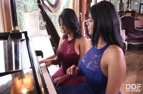 Пухленькие лесбиянки устроили свое соитие возле пианино #1