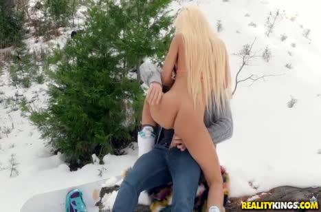 Luna Star без напряга занялась сексом прямо на снегу #2