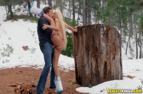 Luna Star без напряга занялась сексом прямо на снегу #6
