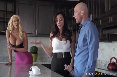Две грудастые мамочки соблазняют лысого на кухне #2
