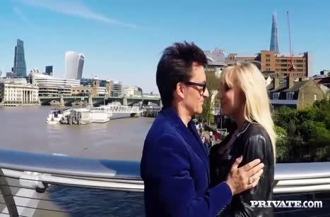 Блондинка с большими сиськами красиво напрашивается на секс