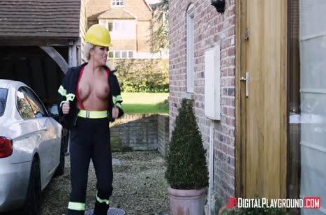 Пожарная спасла мужика и занялась с ним сексом