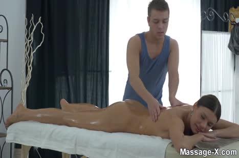 Секси Kitana Lure оголила большие сиськи перед массажистом