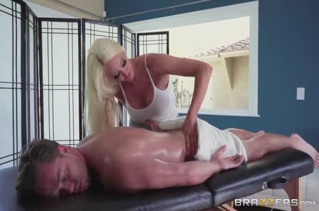 Огромный бюст массажистки Nicolette Shea кого угодно возбудит