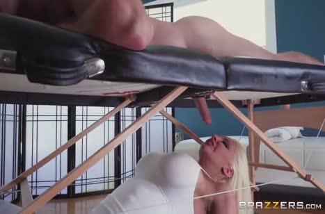Огромный бюст массажистки Nicolette Shea кого угодно возбудит #3